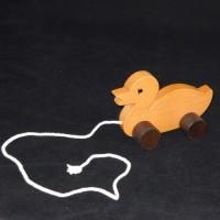 Houten eend op wieltjes